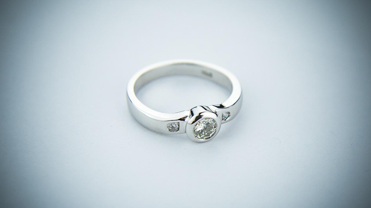 Une bague en or gris ornée d'un diamant bijou